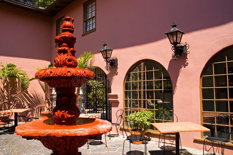 Rosafarbener spanischer Hof stockfoto