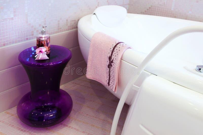 Rosafarbenes Badezimmer stockbild