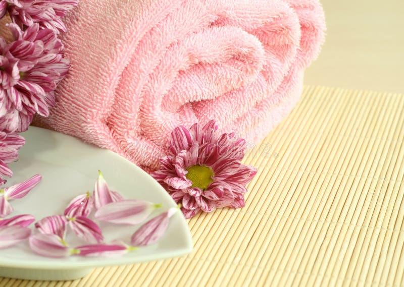 Rosafarbenes Tuch, Blumen und Blumenblätter. lizenzfreies stockbild