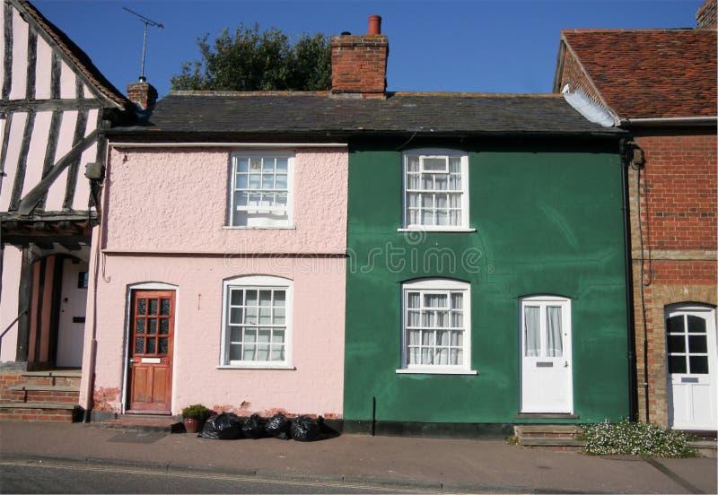 Rosafarbenes und grünes Haus lizenzfreie stockfotografie
