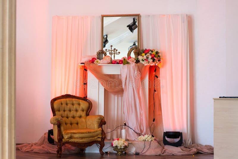 Rosainnenraum mit Spiegel und Blumen stockfoto