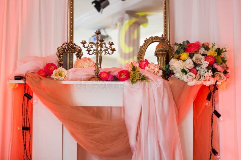 Rosainnenraum mit Spiegel und Blumen lizenzfreie stockbilder