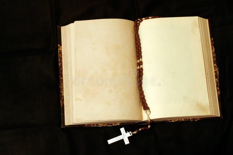 Rosaire et livre vide de pages photographie stock