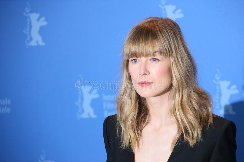 Rosamund Pike pose au ` pendant 7 jours à Entebbe image stock