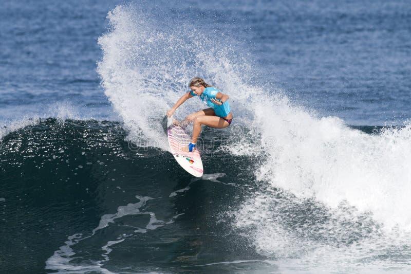 Rosanne Hodge che pratica il surfing nella Triple Crown fotografie stock