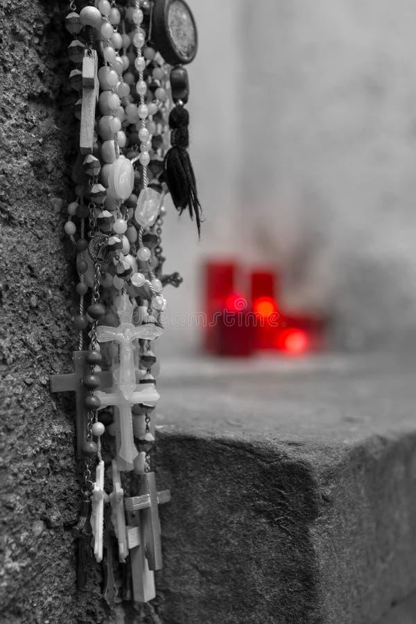 Rosaries και κεριά στοκ φωτογραφίες