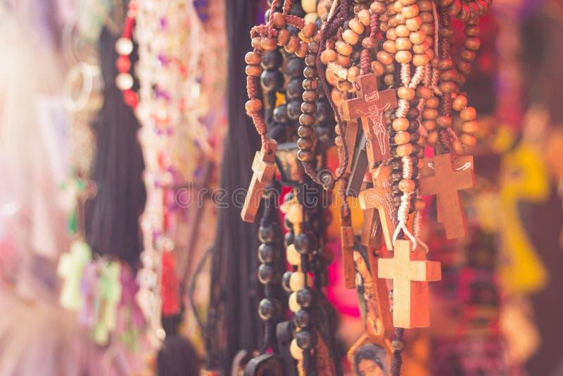 Rosaries σε μια αγορά στοκ εικόνες