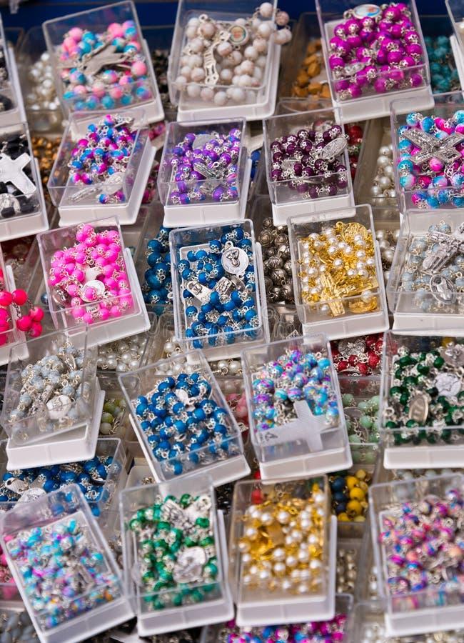 Rosaries στο στάβλο αναμνηστικών σε Βατικανό στοκ φωτογραφία