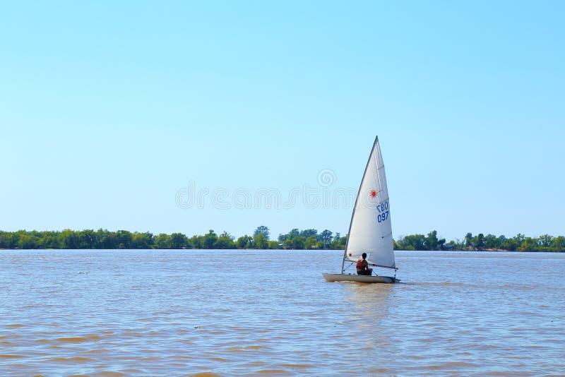 ROSARIO ARGENTINA - FEBRUARI 17, 2018: Ett optimeringsfartyg, laser-kategori på Paranaet River i en solig morgon av sommar royaltyfri foto