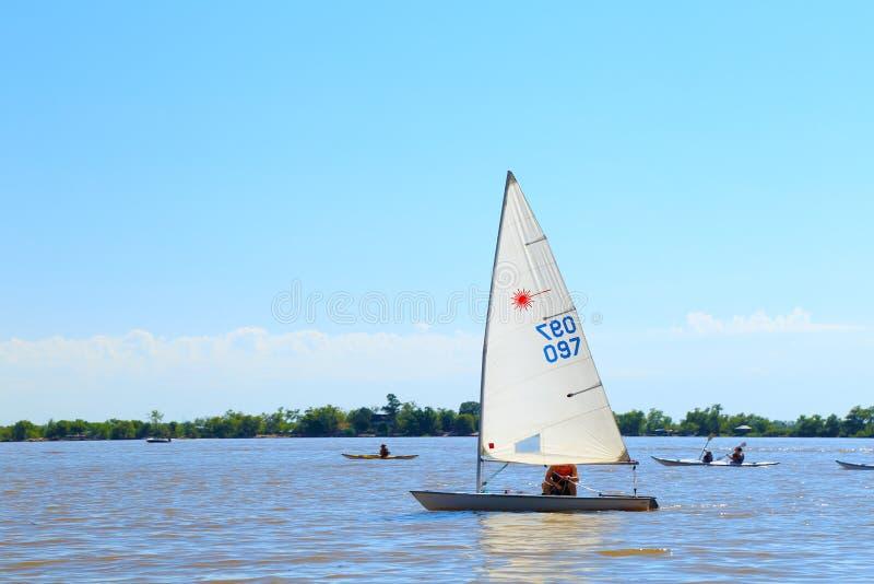 ROSARIO ARGENTINA - FEBRUARI 17, 2018: Ett optimeringsfartyg, laser-kategori på Paranaet River i en solig morgon av sommar royaltyfria foton