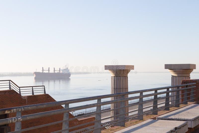Rosario, Argentina Parque da Espanha e navio de carga em Parana River imagem de stock royalty free