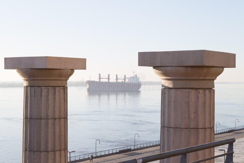 Rosario, Argentinien Spanien-Park und Frachtschiff im Parana stockfotografie