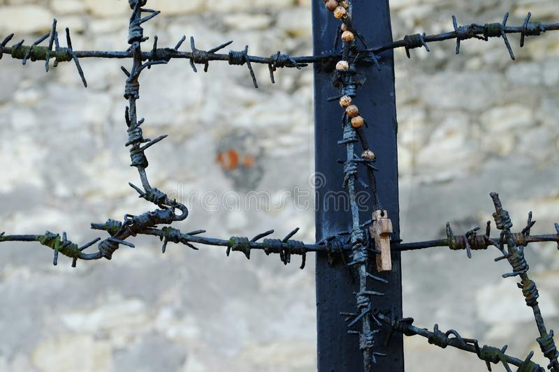 Rosario che appende fuori dalle vittime di commemorazione di un monumento dei nazis tedeschi dalla guerra mondiale 2 in Kazimierz fotografia stock