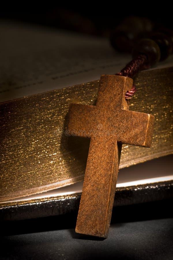 Rosario con la biblia santa imagen de archivo