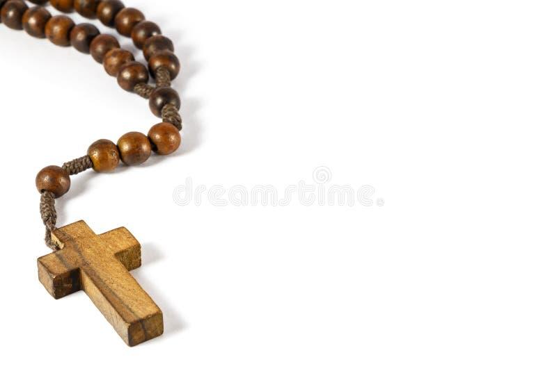 Rosario de madera con la cruz en la frontera izquierda imagen de archivo libre de regalías