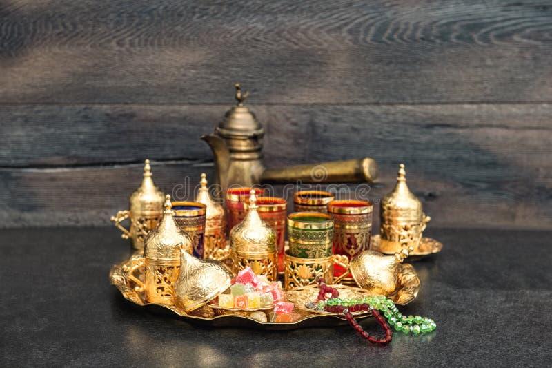 Rosario de oro el Ramadán de las decoraciones del pote oriental de los vidrios del té fotos de archivo libres de regalías