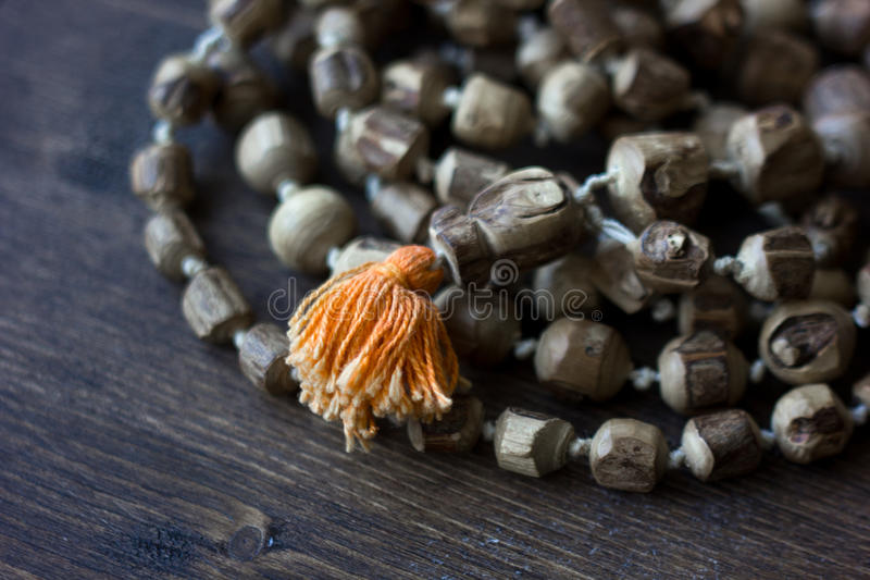 Rosario del mala de Japa - hinduism y rosario del buddism hecho del árbol del tulsi para cantar del krishna de las liebres imagen de archivo