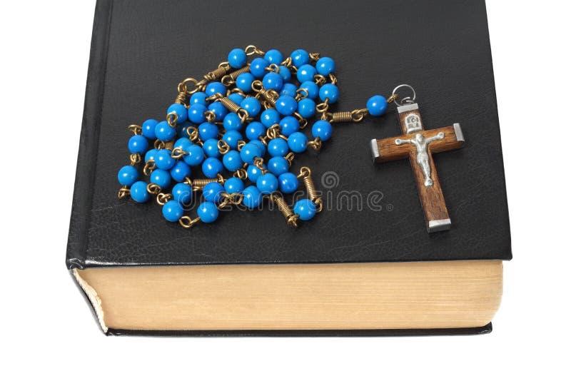 Rosario e bibbia santa fotografie stock
