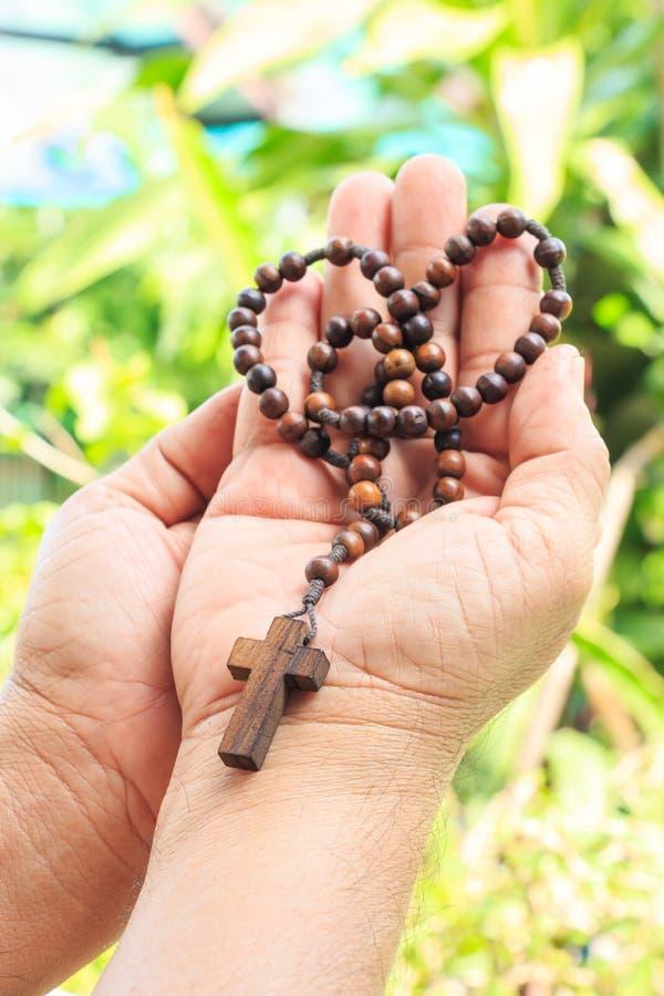 Rosario en la palma imágenes de archivo libres de regalías