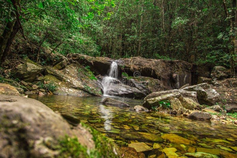 Rosario Waterfall flod i Pirenopolis royaltyfria foton
