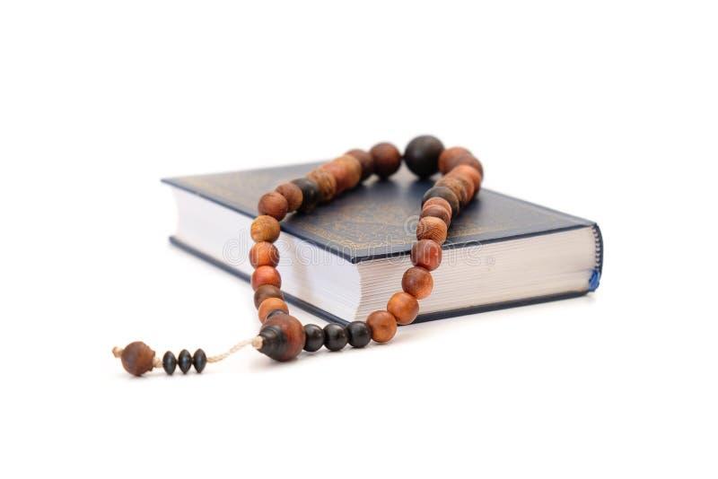 Rosario y libro sagrado islámico 'Quran ' fotos de archivo libres de regalías