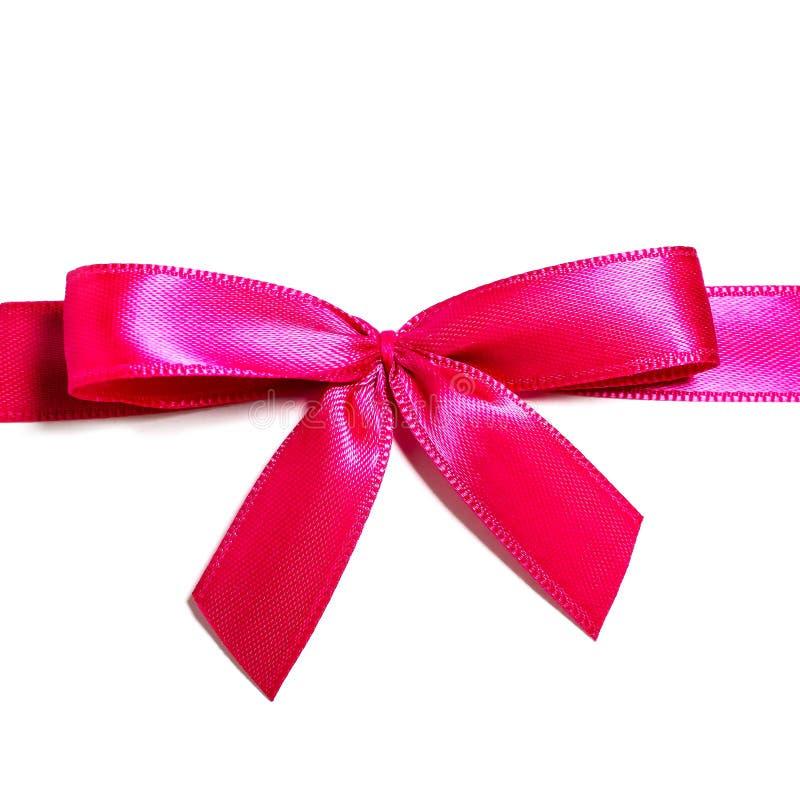 Rosarotes Satinband mit geknoteter Bogengeschenk-Bandverpackung für das Weihnachtsgeschenk lokalisiert herausgeschnitten stockfoto