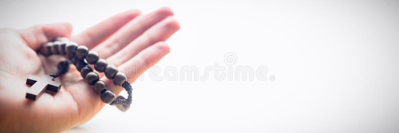 Rosary εκμετάλλευσης χεριών χάντρες στοκ φωτογραφία με δικαίωμα ελεύθερης χρήσης