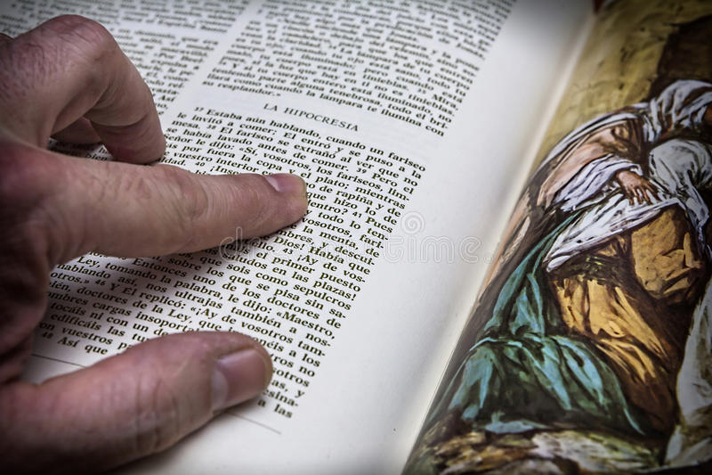 Rosary χάντρες και μια ιερή Βίβλος στοκ φωτογραφία με δικαίωμα ελεύθερης χρήσης