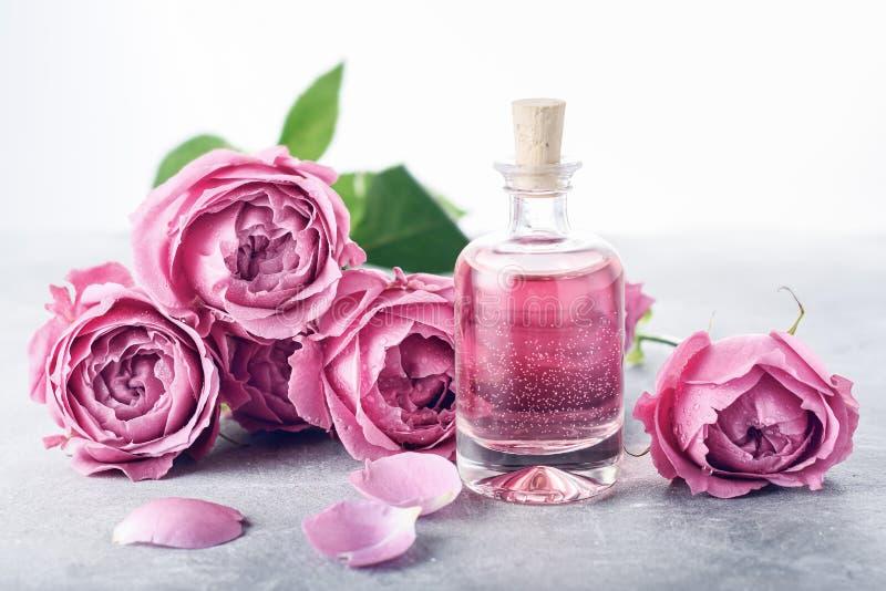 Rosas, agua rosada del perfume imagen de archivo libre de regalías