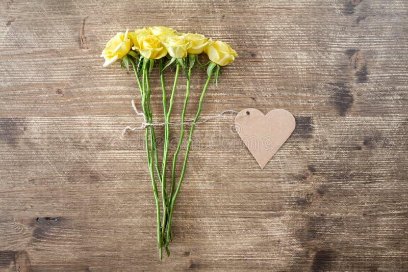 Rosas amarelas com a etiqueta dada forma coração imagem de stock