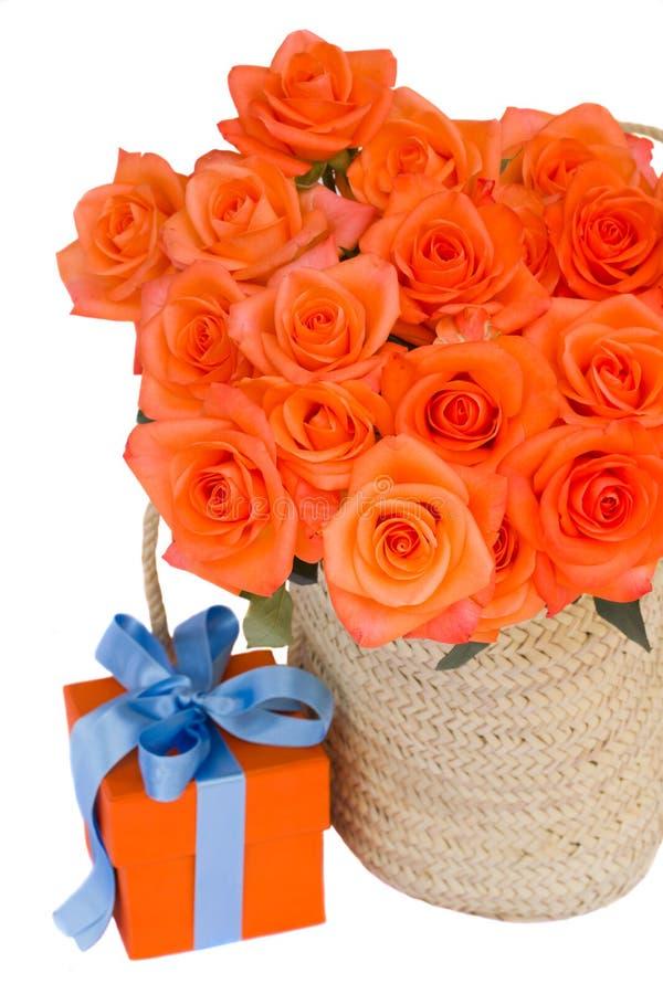 rosas anaranjadas en cesta con la caja de regalo foto de archivo libre de regalías