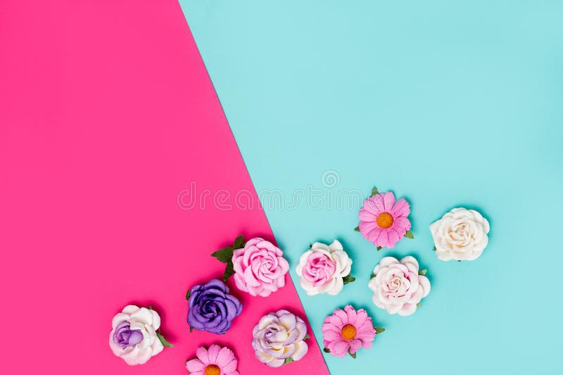 Rosas artificiais do rosa, as roxas e as brancas no fundo colorido, vista superior foto de stock royalty free