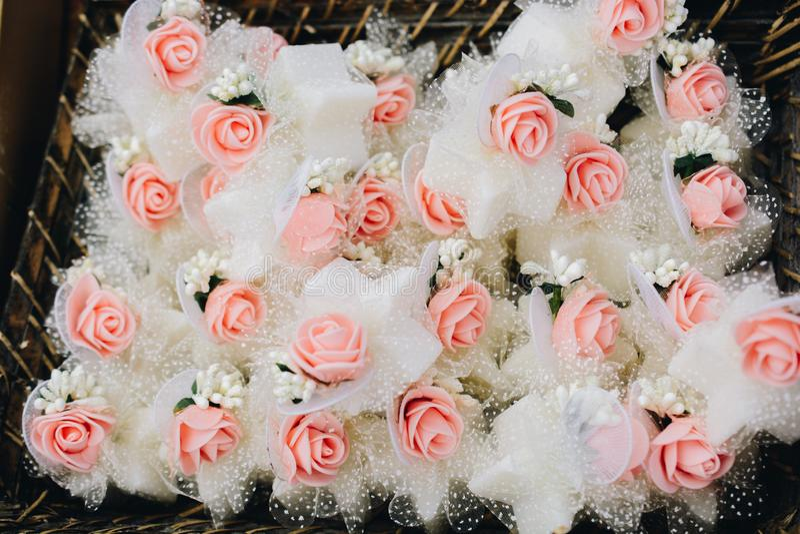 Rosas artificiales como arte floral a la vista foto de archivo