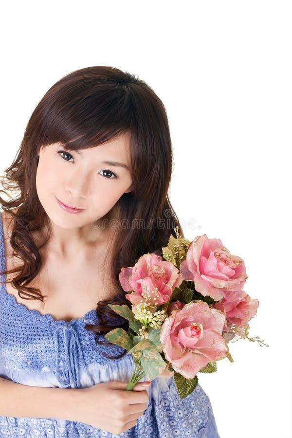 Rosas asiáticas da terra arrendada da mulher imagens de stock royalty free