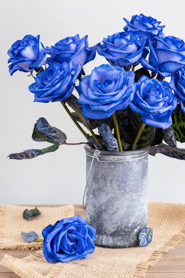 Rosas azuis em um vaso na tabela foto de stock royalty free