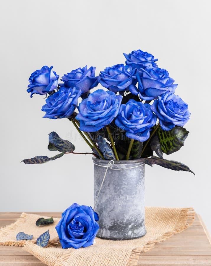 Rosas azuis em um vaso na tabela imagem de stock royalty free