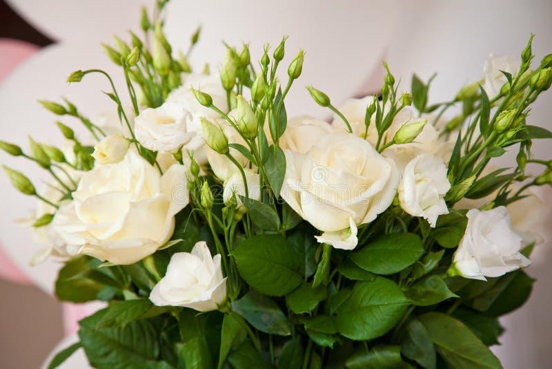 Rosas blancas en florero fotografía de archivo