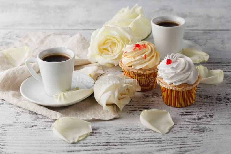 Rosas brancas e café preto no branco fotografia de stock