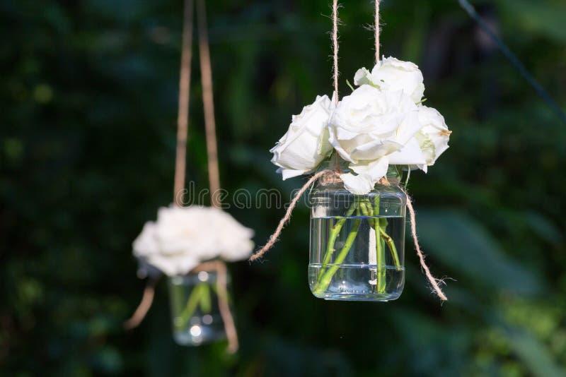 Rosas brancas em um vaso de vidro fotografia de stock royalty free