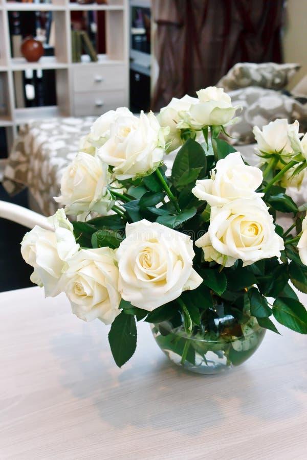 Rosas brancas em uma tabela foto de stock
