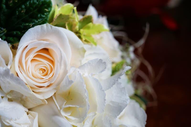 rosas brancas no ramalhete nupcial fotos de stock