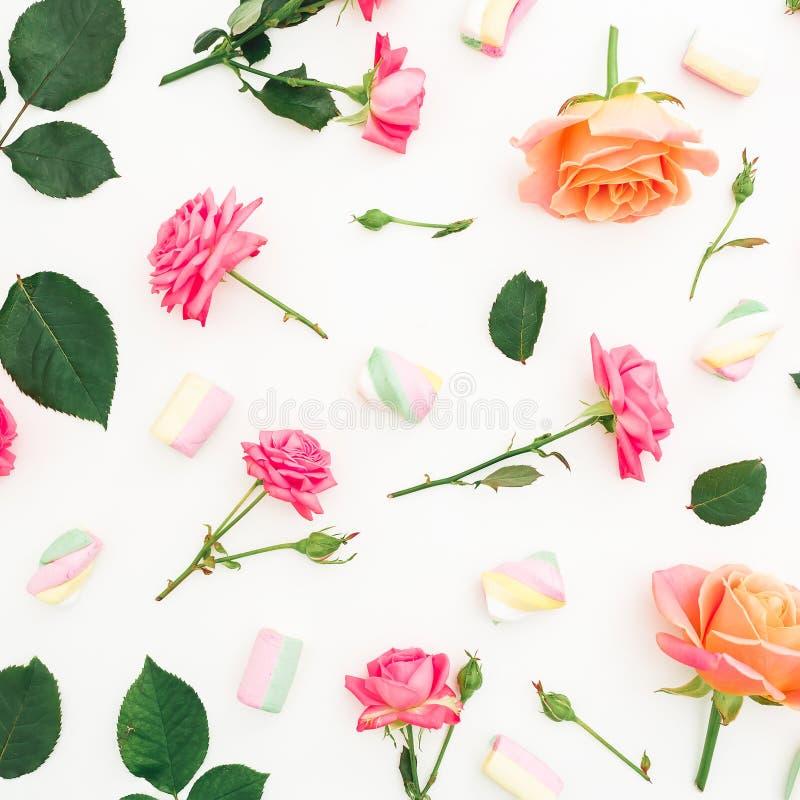 Rosas, brotes, hojas y melcocha con el caramelo en el fondo blanco Endecha plana, visión superior Fondo del resorte libre illustration
