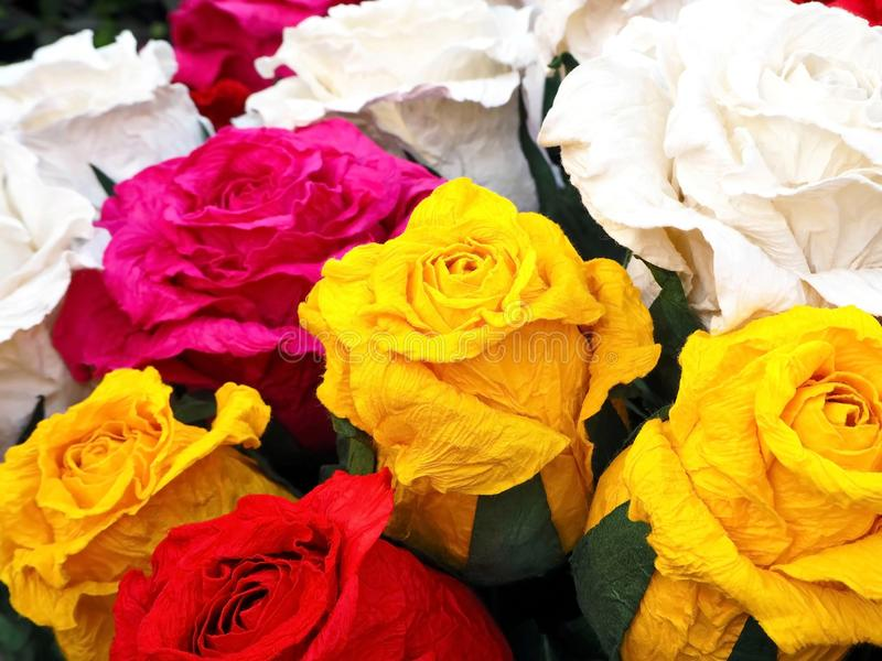 Rosas coloridas del papel hecho a mano foto de archivo libre de regalías