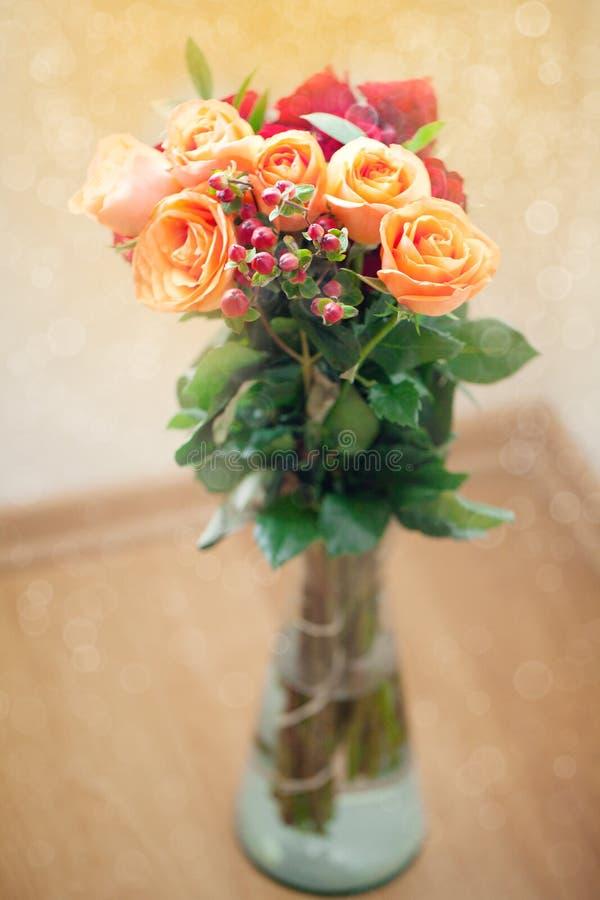Rosas coloridas en florero con el bokeh fotografía de archivo