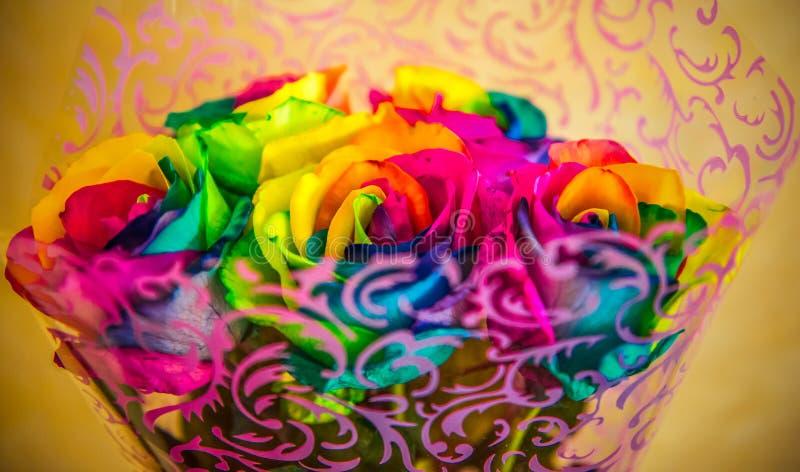 Rosas coloridas envoltas em papel foto de stock
