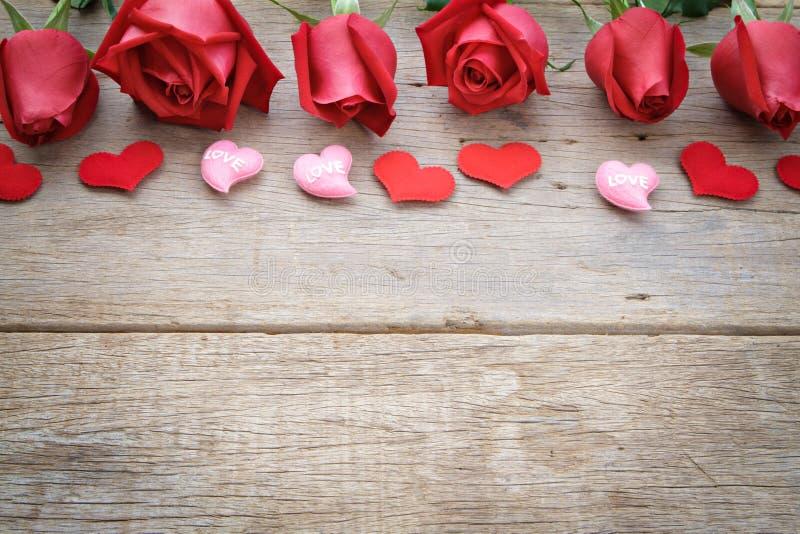 Rosas com coração vermelho e cor-de-rosa em de madeira O dia de Valentim, o fundo do aniversário etc. foto de stock