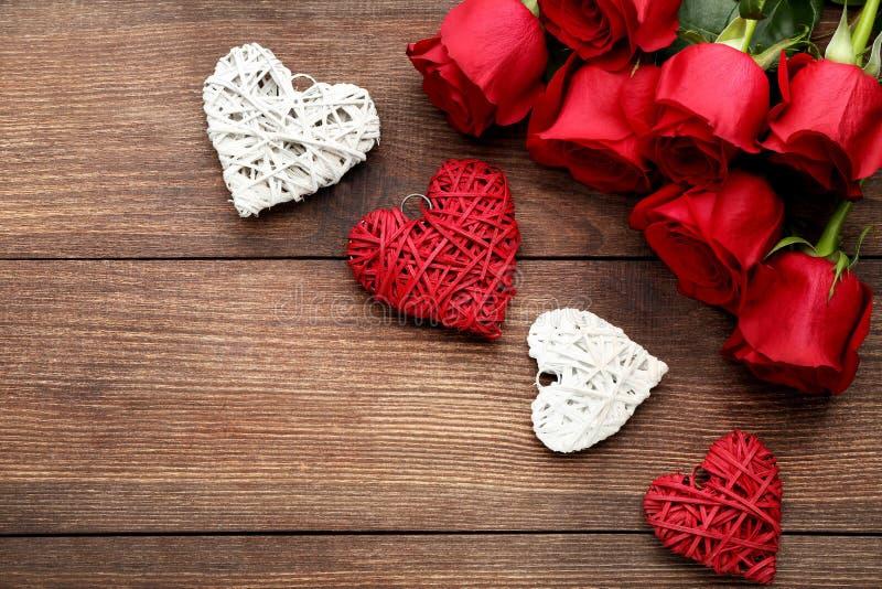 Rosas com corações vermelhos e brancos foto de stock royalty free