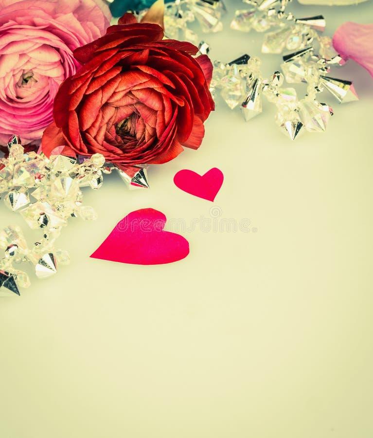 Rosas com a festão do coração e dos glas, fundo do amor fotografia de stock