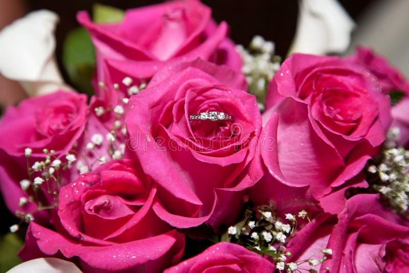 Rosas con el anillo imagenes de archivo