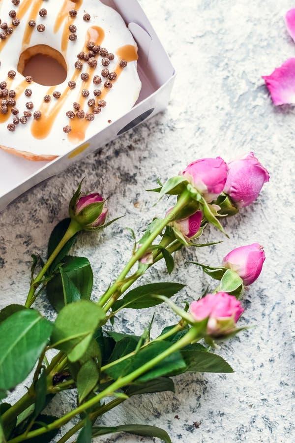 Rosas con la caja de anillos de espuma imagenes de archivo
